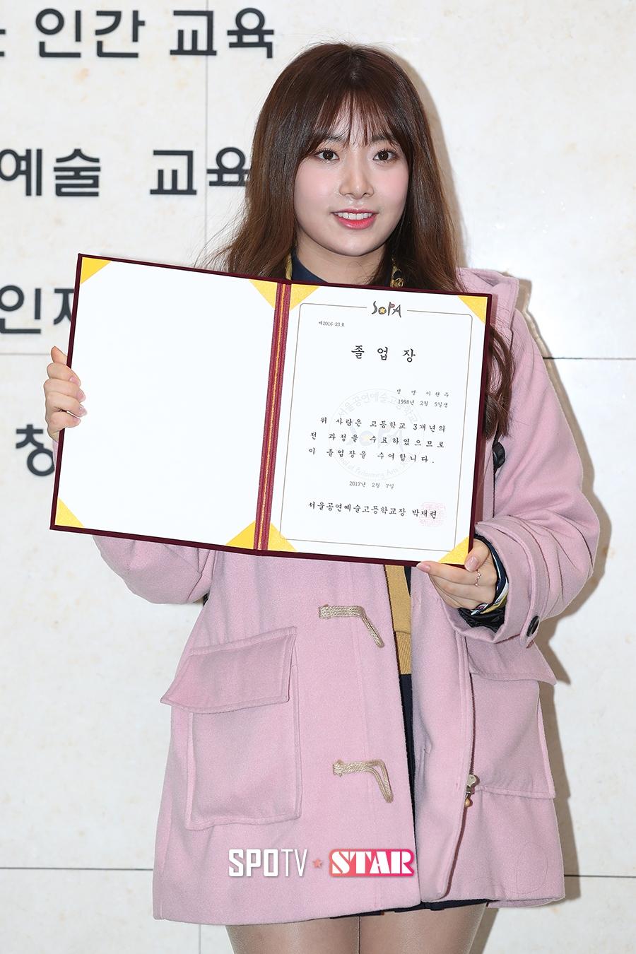 509888c9a7b SPOTVNEWS:[포토S] 에이프릴 전 멤버 현주, '빛나는 졸업장을 들고!'