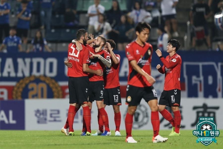 SPOTVNEWS:[K리그1 REVIEW] '제리치 멀티골+손정현 선방쇼' 경남, 수원에 2-0 승리