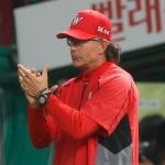 "SK 힐만 감독 ""다이아몬드 10승 축하한다"""