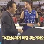"[SPO 톡 영상] '수지 메달' 받은 IBK 김수지 ""맞으면서도 기분 좋네요"""