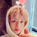 "[SNS컷]박지훈, 밸런타인 '심쿵' 셀카 ""초콜릿 말고 내 하트"""