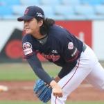 [SPO 잠실]타구 맞은 롯데 김원중, 큰 부상 피했다…왼쪽 무릎 타박상