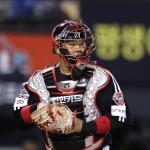 LG 유강남 왼쪽 어깨 통증으로 3회 교체…아이싱 조치